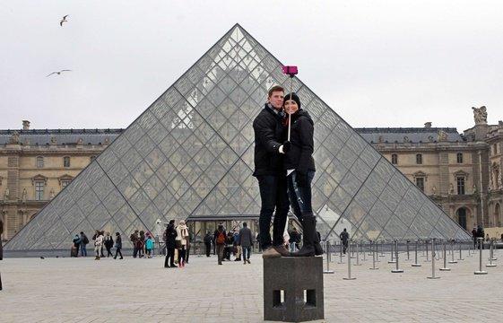 561x360_touristes-devant-pyramide-louvre-paris-6-janvier-2015