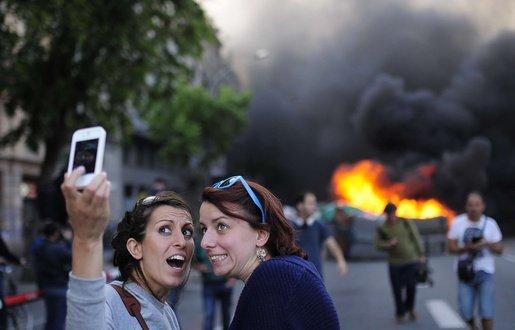 touristes-selfie-manifestation-barcelogne